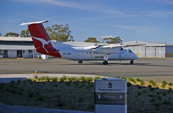 QantasLink_VH-TQK_at_Wagga_Wagga_Airport